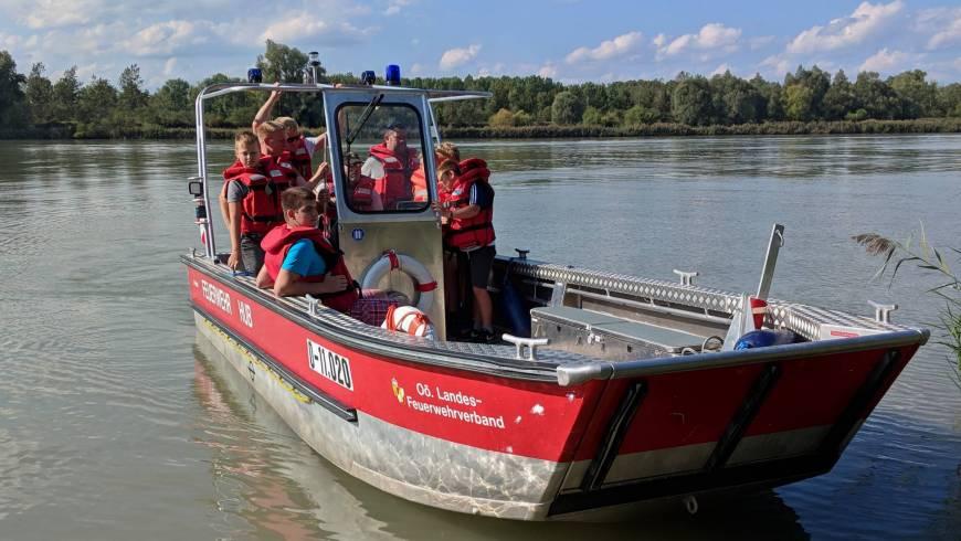 Jugendgruppe besucht Wasserwehrstützpunkt Hub